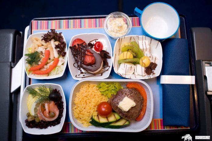 Раскрыты малоизвестные факты о еде в самолетах