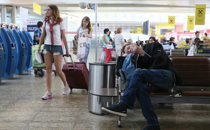 Пострадавшим от отмены чартеров туристам объяснили схему возврата денег