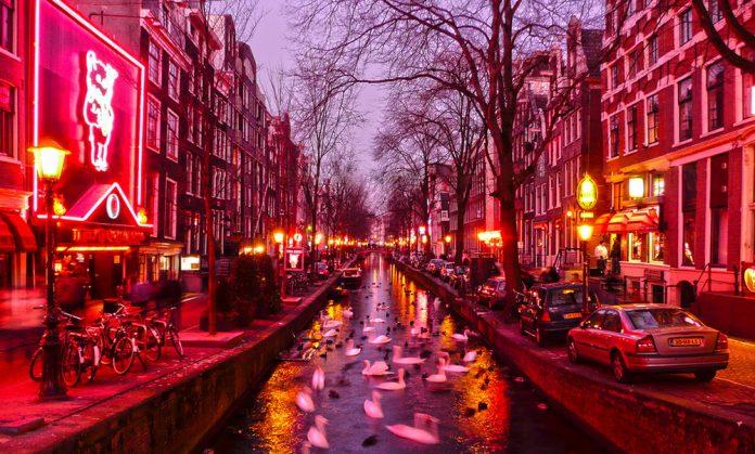 В Амстердаме решили исключить проституток из списка достопримечательностей